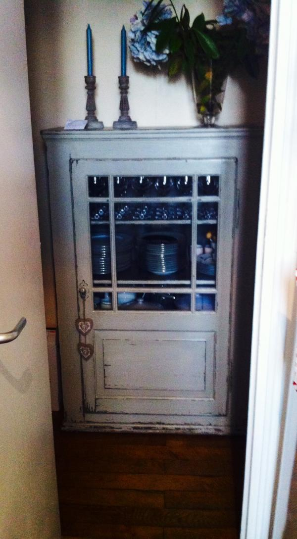 Cabinet with patina effect, very handy and neat!