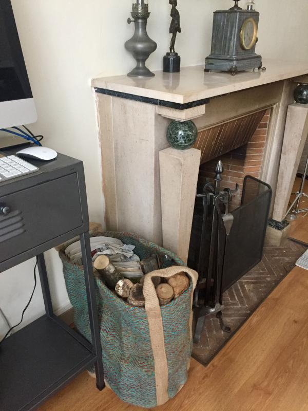 Very nice bag to store the logs, gives a special touch to my living room, I warmed to it immediately