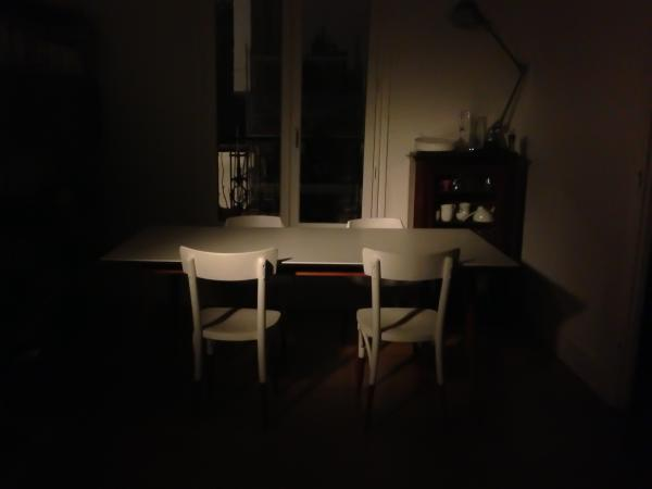 We are fans of our Fjord table! On the photo, it is only enlightened by an old cinema projector. Behind, the Jieldé Loft lamp