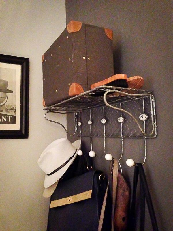 A vintage coat-rack, vintage accessories... Exactly what we needed for our entrance