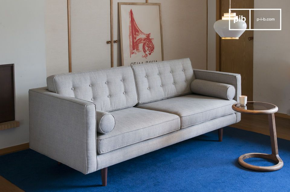 Accommodating three people, this sofa also has a soft seat thanks to its generous padding