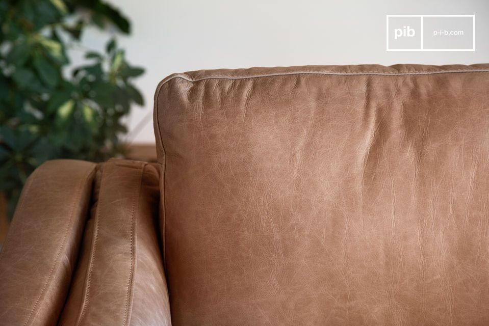 The richness of the leather makes this sofa an object of superior quality.