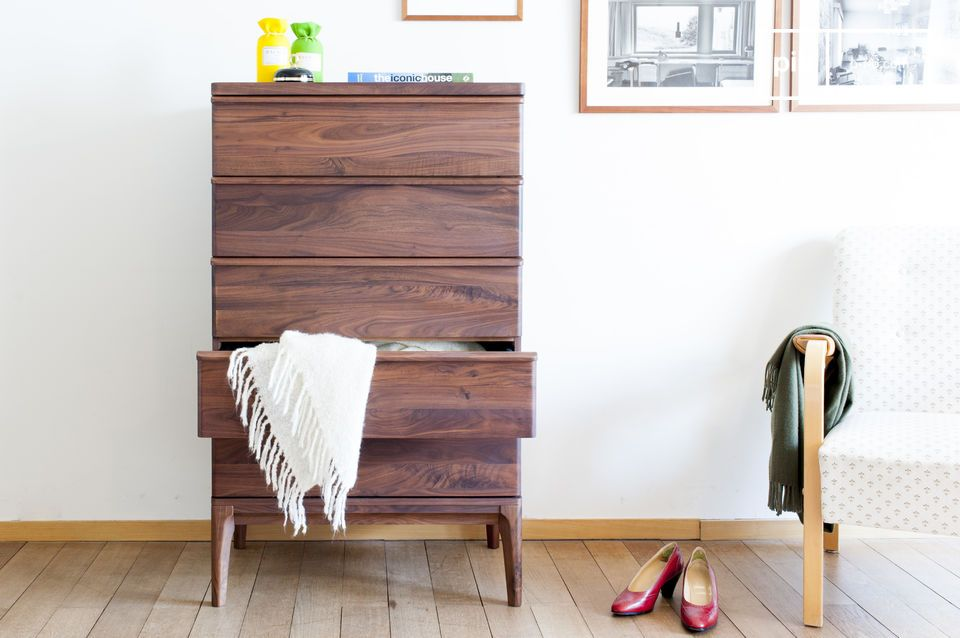 The lines of the chest of drawers are straight and refined for a refined whole.