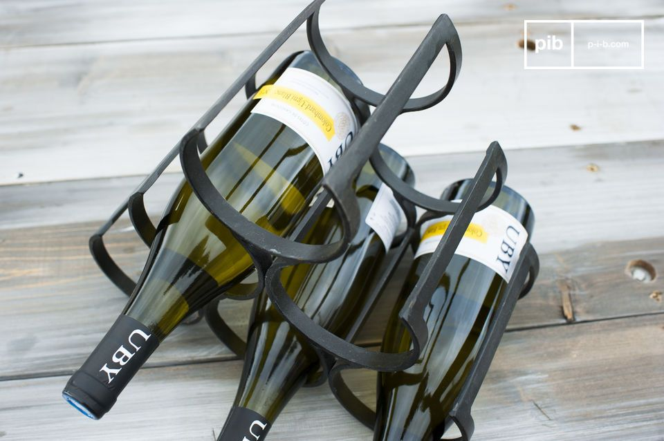 Made of wrought iron, this bottle storage was carefully varnished to protect it and give it a touch of elegance