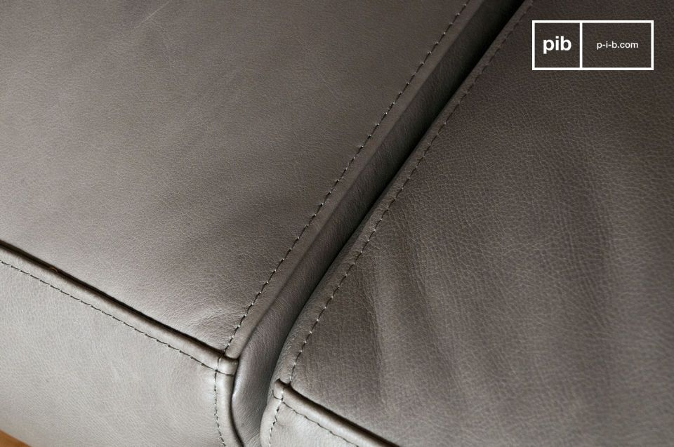 The upholstery is made of full grain aniline leather of impeccable quality.