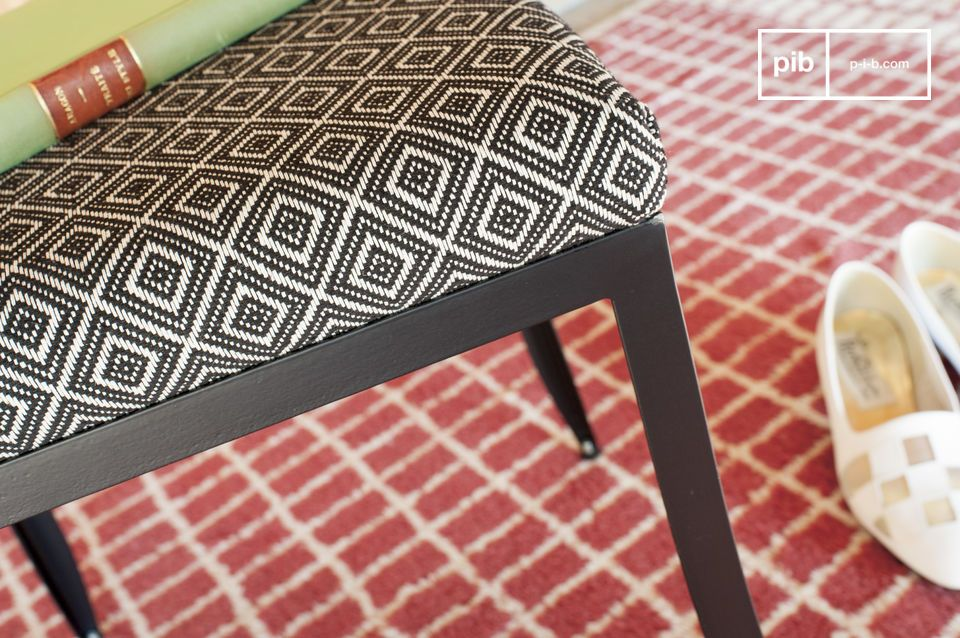 Seat in fabric with graphic motifs.