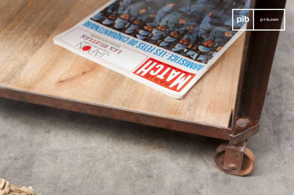 This coffee table displays two varnished wooden tops