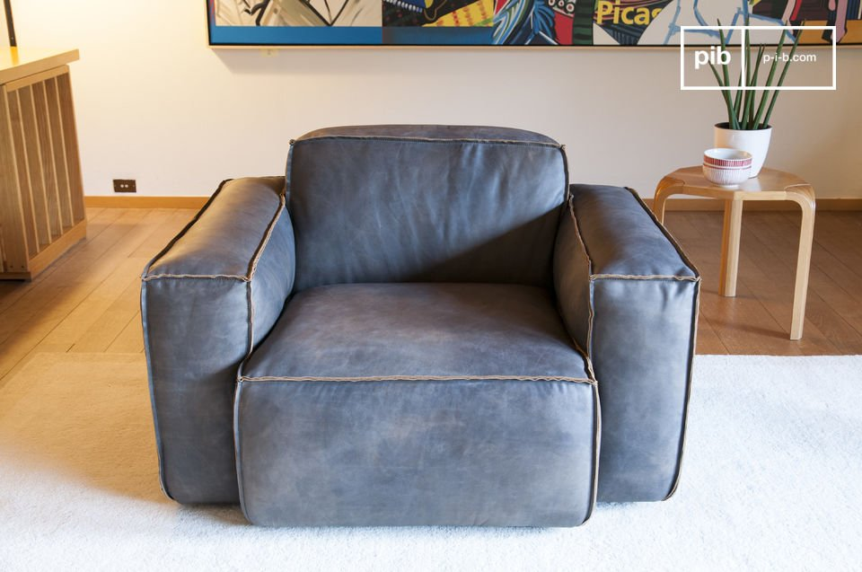 The Atsullivan armchair is lade entirely out of leather and has a certain vintage aesthetic