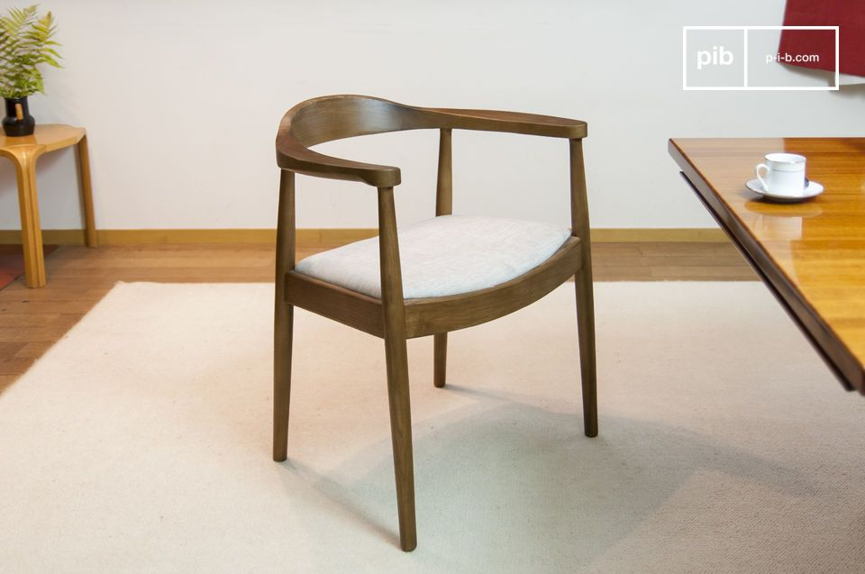 This typical Scandinavian-style armchair plays on the contrast between the dark wood and its