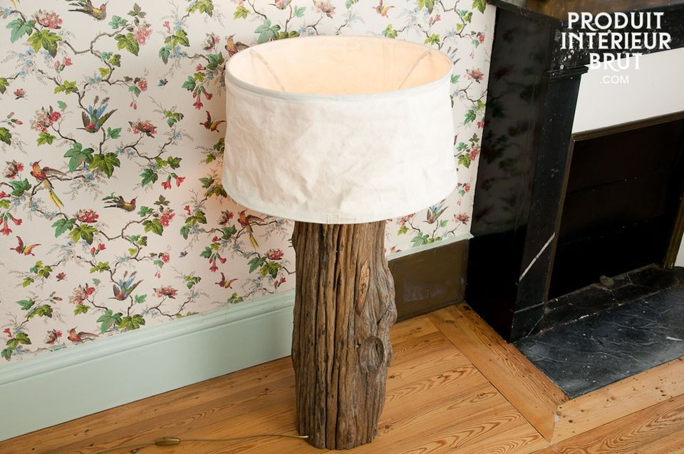 Accessorize your interior with this lamp made out of an old log, to create a natural lighting touch