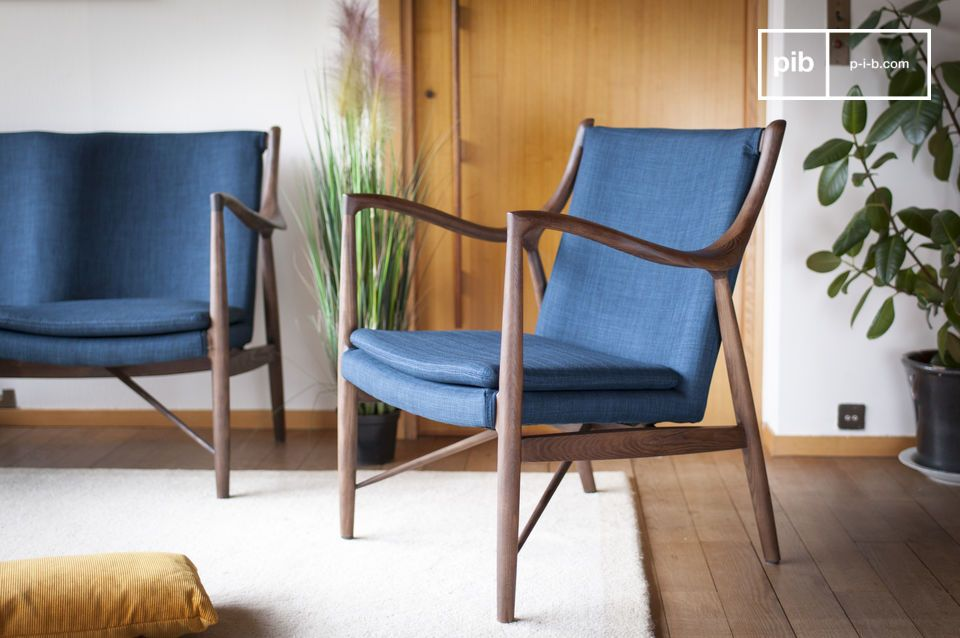 The discreet elegance of blue and wood in an armchair with retro inspiration