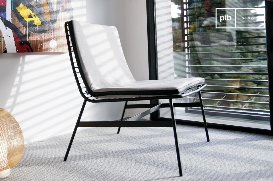 With a very trendy line that also recalls some of the 1960s seats, the Aston chair is particularly aesthetic whatever the angle of view, even from behind