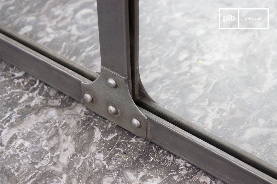 With the steel lamella and rivets protected mirror edges are typical for the industrial design