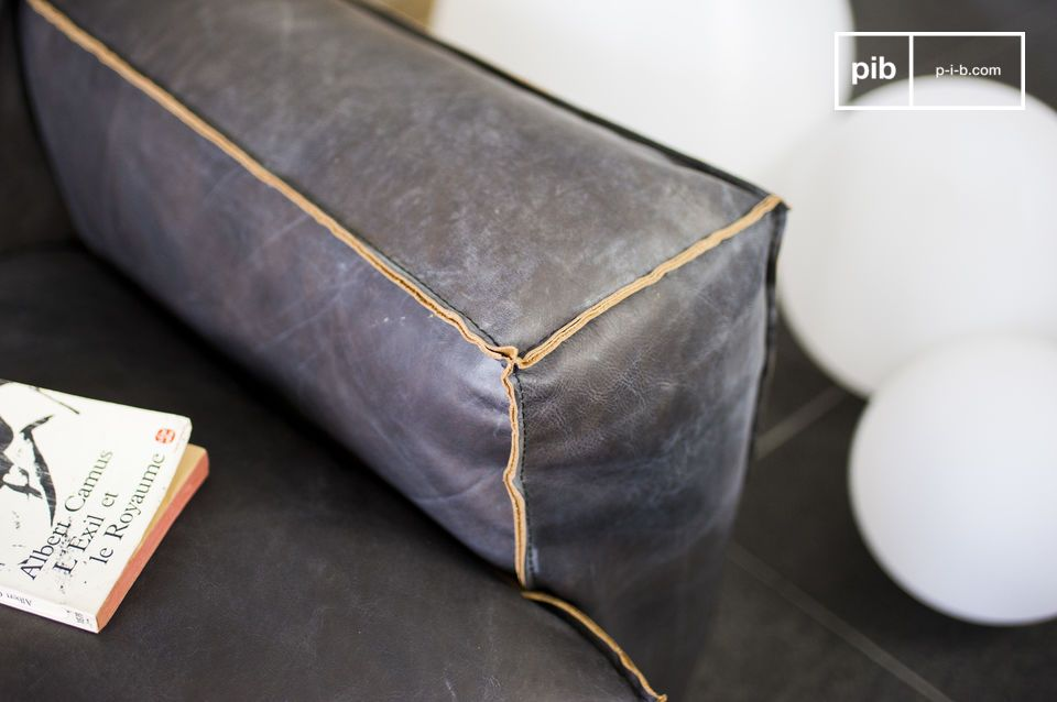 The Atsullivan sofa is lade entirely out of leather and has a certain vintage aesthetic