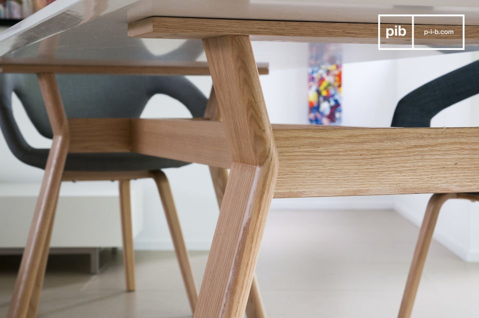 Its solid oak frame presents a nice contrast with a white plate with beveled edges for a  sober and elegant render