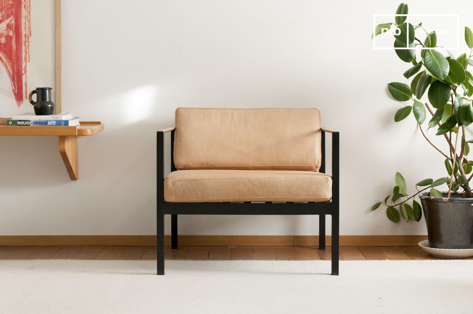 This elegant leather armchair is inspired by the Scandinavian classics of the middle of the 20th