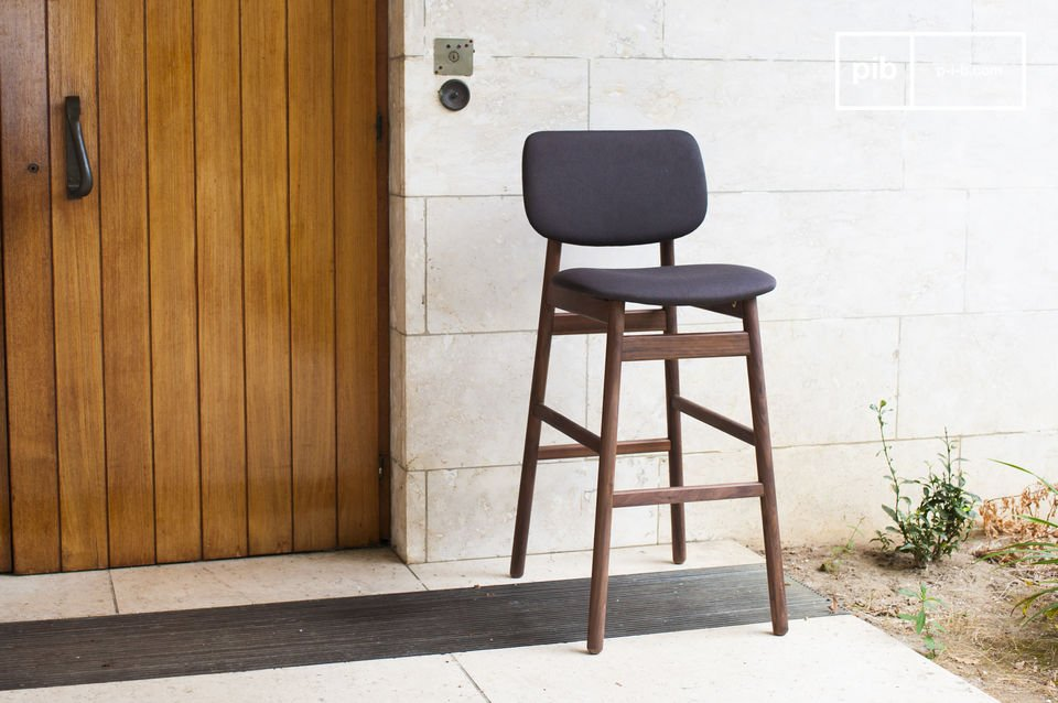 Entirely designed out of solid walnut wood, the chair Rainssön is very robust