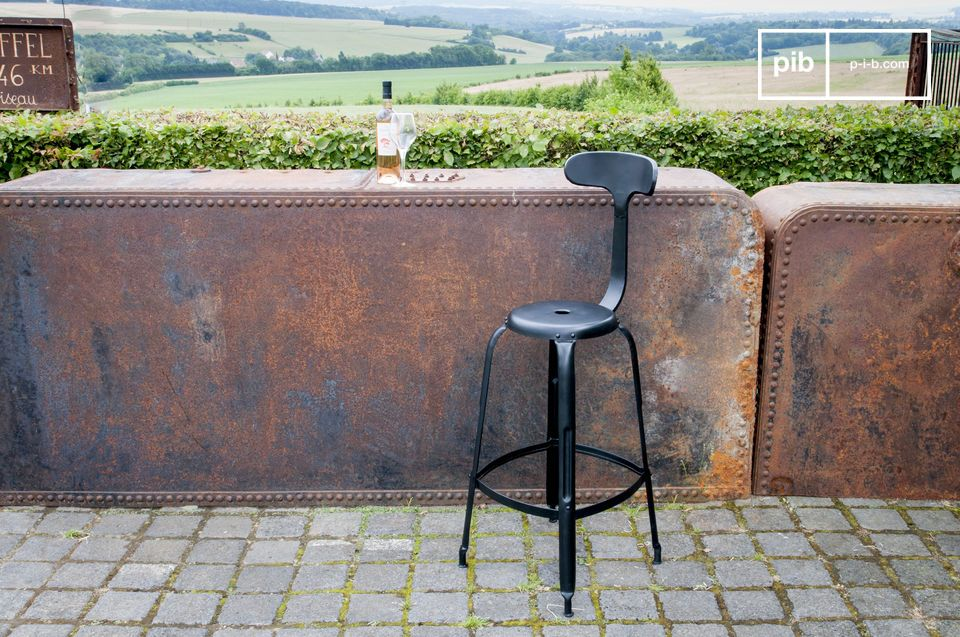 A bar chair combining comfort and vintage industrial style