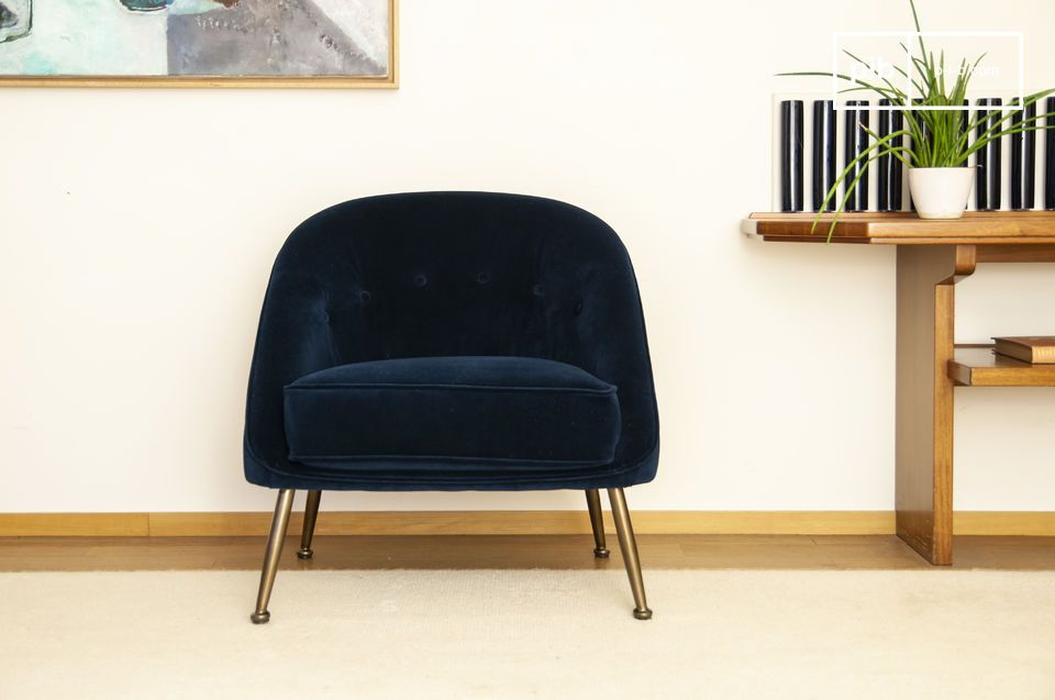 This night blue velvet toad armchair is a real concentrate of softness