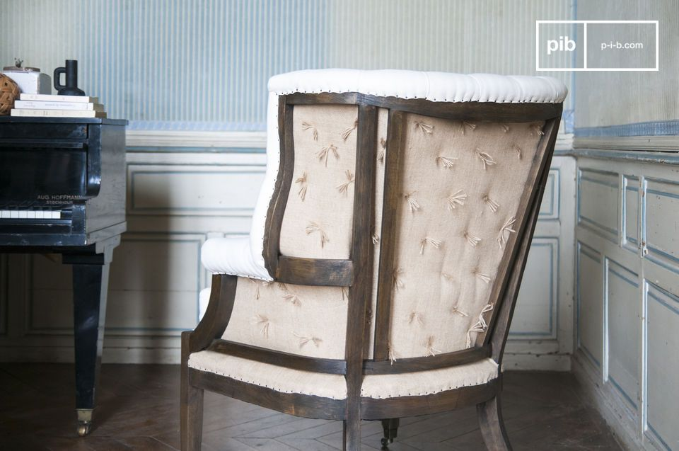The Cambridge armchair takes the classic shape of the Shabby-chic style with the addition of the