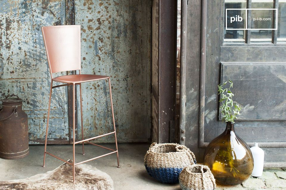 The stool has a beautiful copper colour that tends towards a pretty pink.