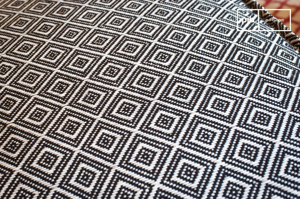 Thanks to the fully woven black-and-white geometric pattern repeated on all four sides