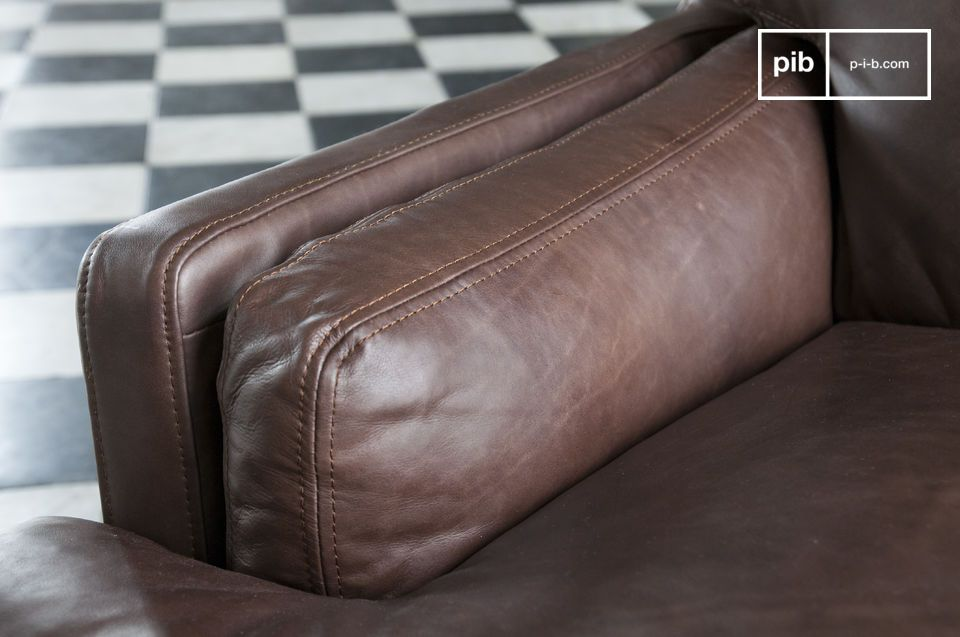 The dark leather of this sofa has been tanned by hand to obtain this particular shade that gives