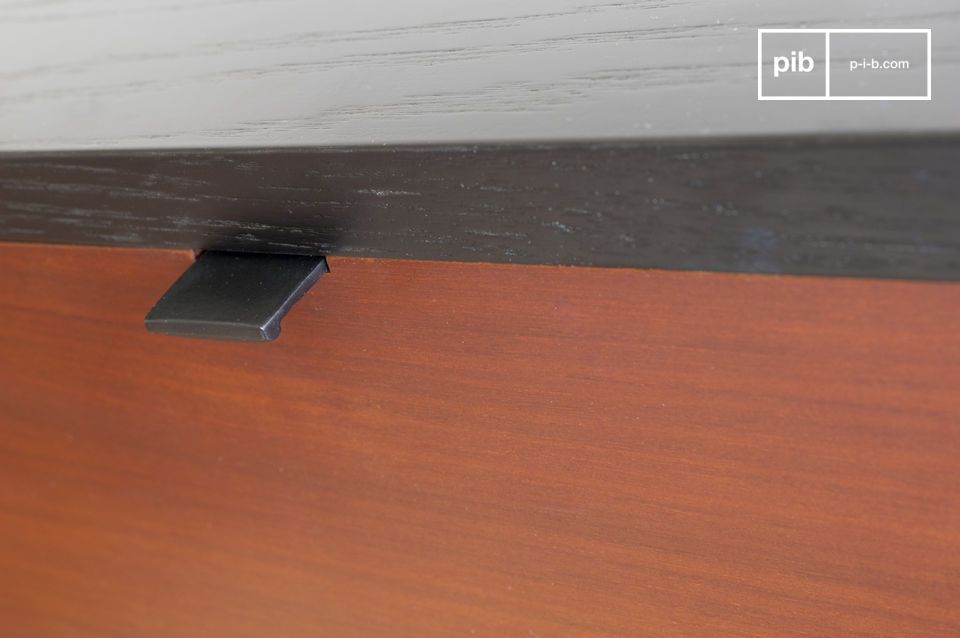 Small, sleek handle that gives the drawer a refined look.