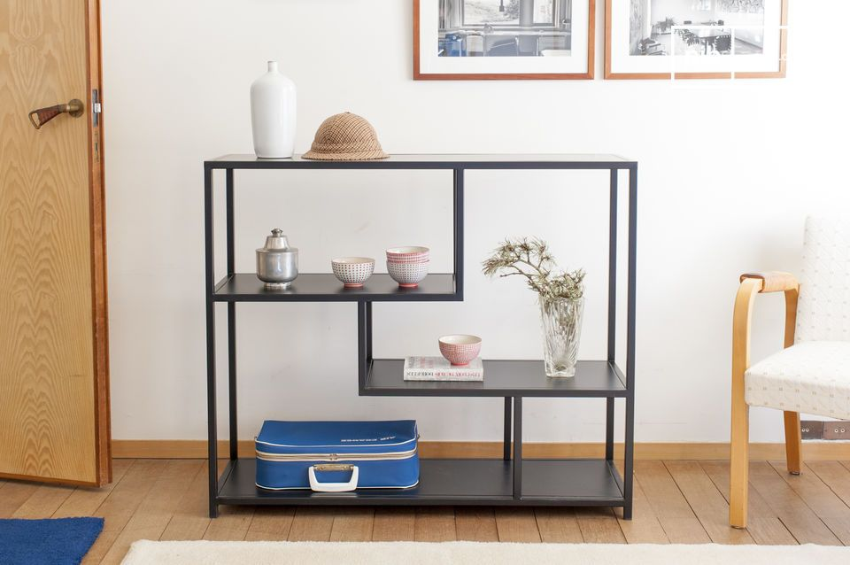 Shelf with a refined style, combining fun and aesthetics.