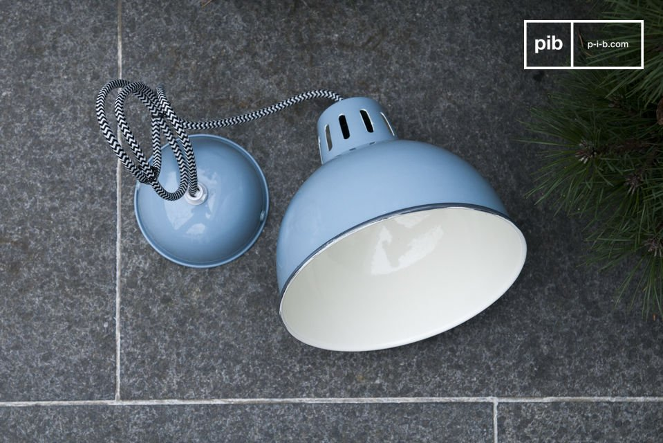 The beautiful blue finish on the SNÖL suspension light shines on your ceiling and brings a touch of