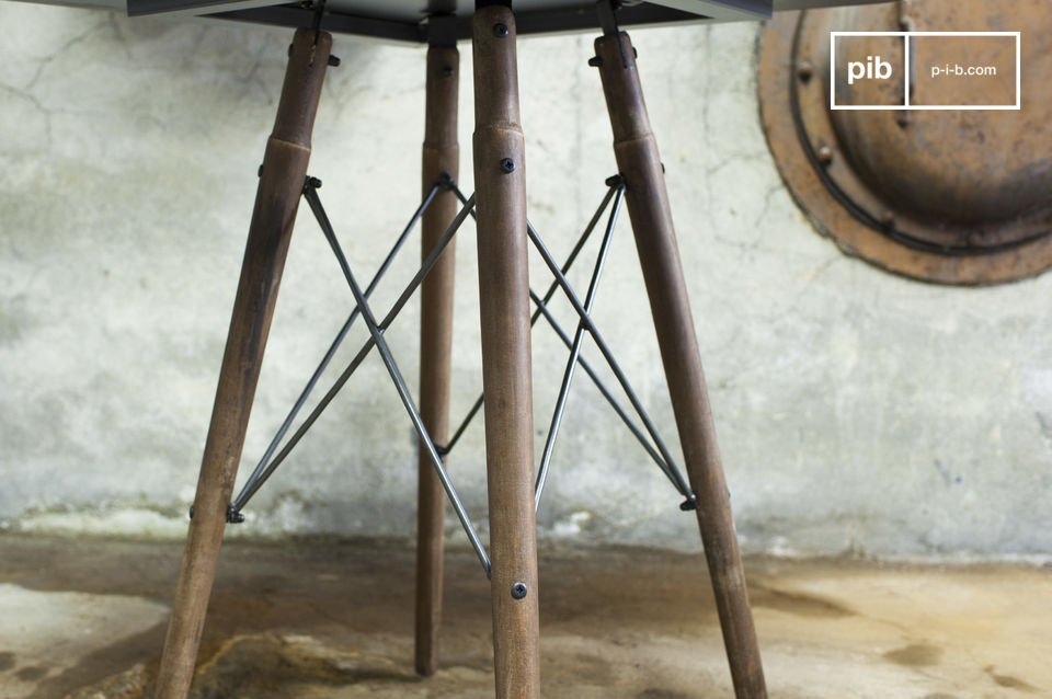The bistro table Bow combines elegance full of finesse with a unique industrial design