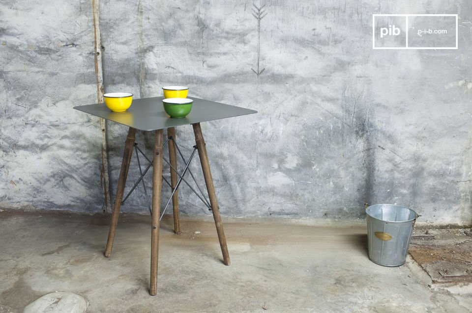 Underneath the metallic table top are the four feet of the bistro table which unite and hence ensure
