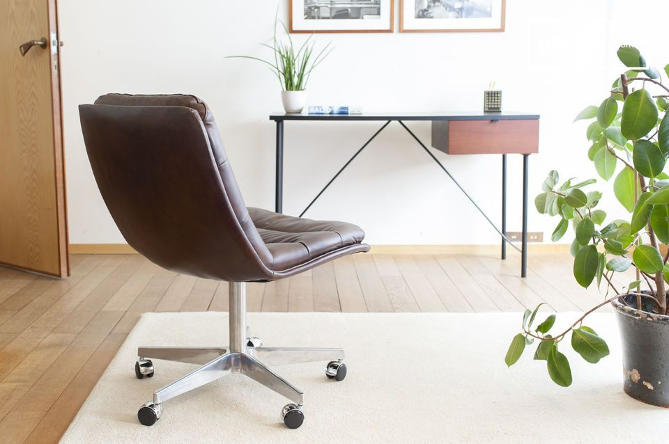 The curvature of the backrest is delicate, combining comfort and design.