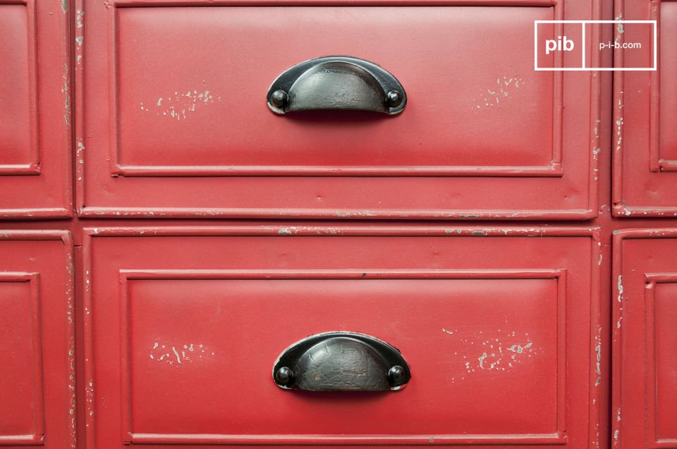 You will enjoy the half-moon brass handles and the red and black patinas designed with many