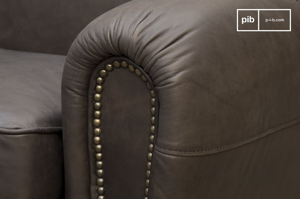 His deep seat filled foam and feathers, as well as its folder and its flexible armrests provide an excellent level of comfort