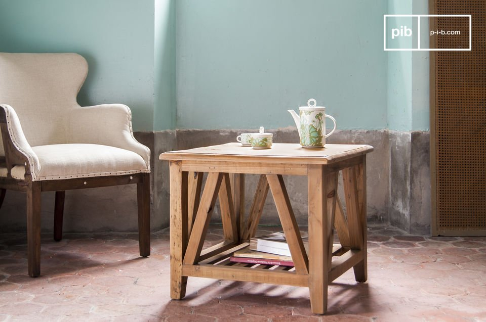 Perfect as a sofa end in your living room, or as a coffee table in a small living room, the Cadynam square table has personality