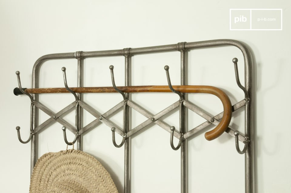 Choose this metal coat rack full of character for your entrance hall!This metal coat stand is robust