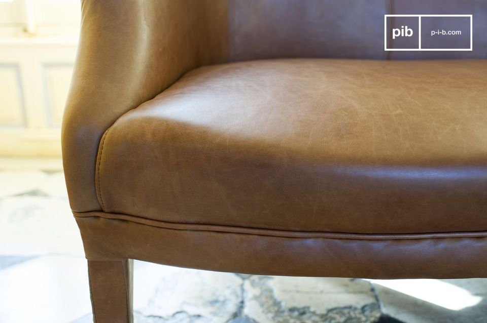 The style of this sofa takes us back a few decades with the charm of the early twentieth century