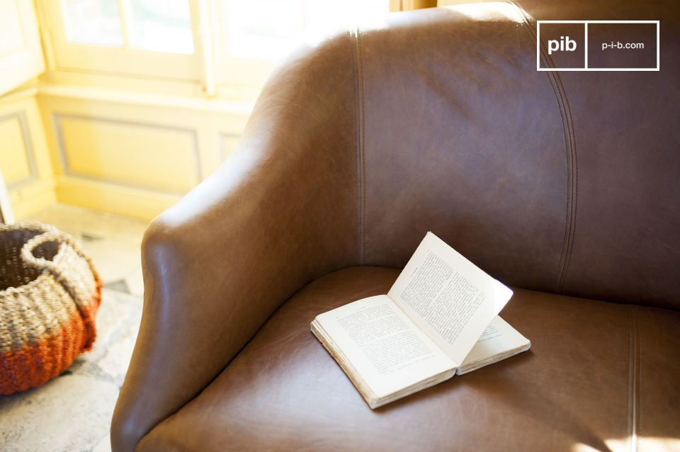 The elegant design is highlighted by the quality tanned leather that extends to the feet of the seat