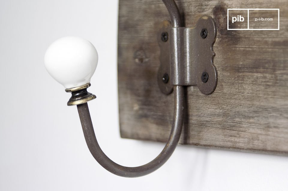 Each of the six double-hooks has a ceramic knob, perfect also for a bathroom