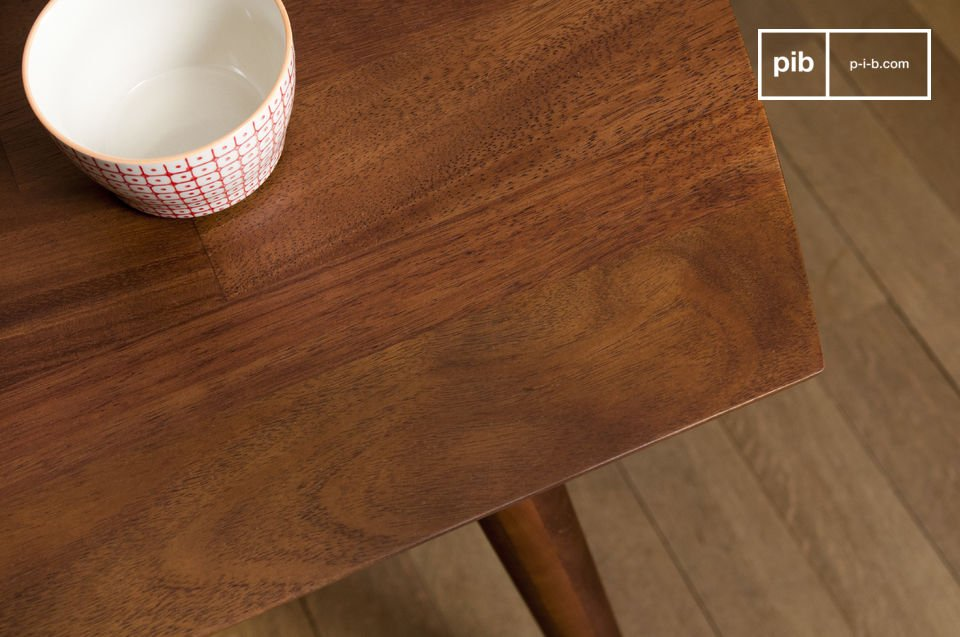 The top is protected by a varnish that makes the table resistant.