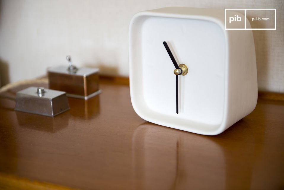 With its quartz mechanism, this scandinavian modern clock will be help you to be punctual
