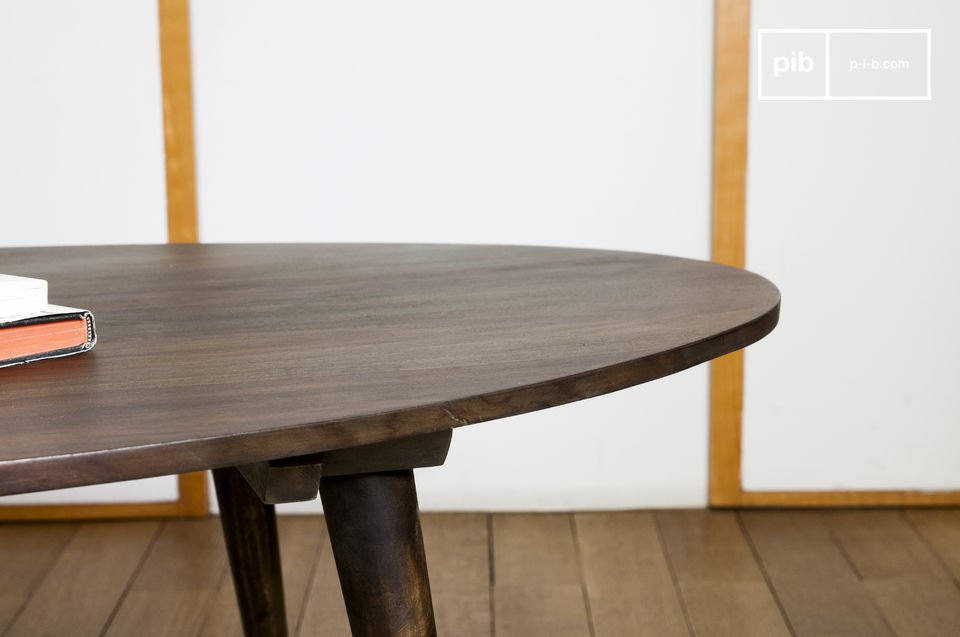 With its dark wood and its feet, the coffee table Bikhatz recalls tables from the 50s
