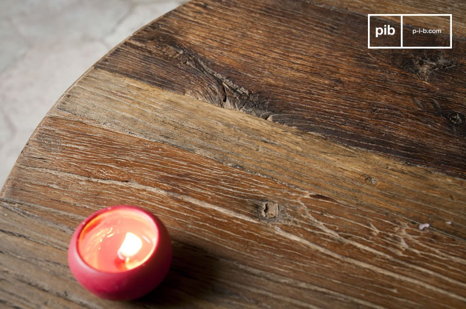 This base is combined with a beautiful tabletop made of recycled elmwood that has a charming texture