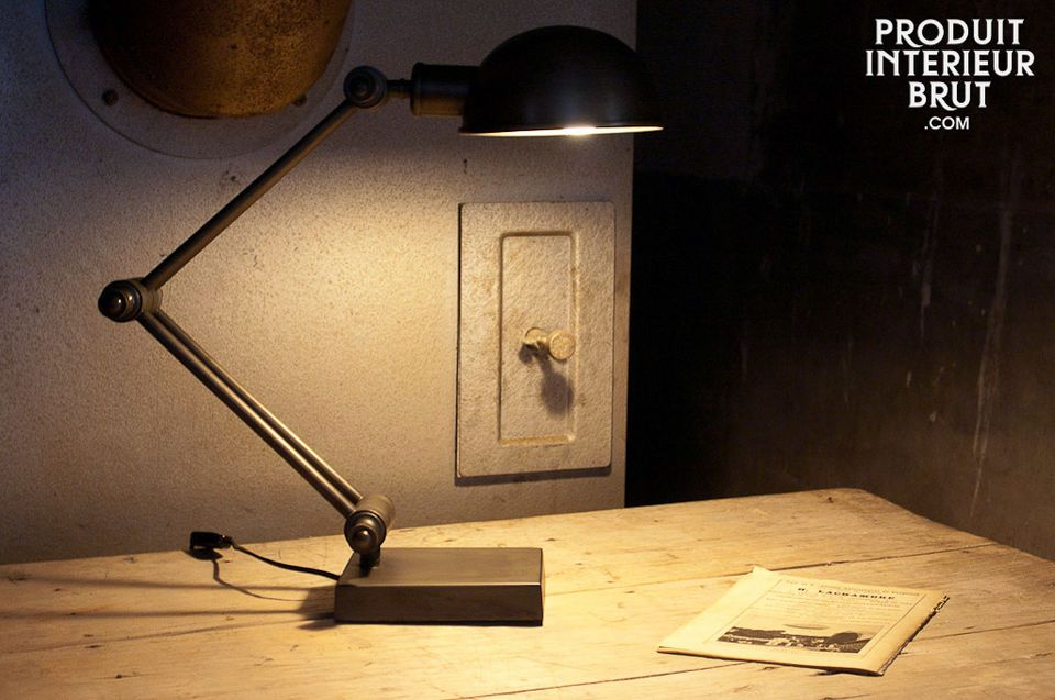 Articulated arm lamp with a sturdy look, entirely made of metal