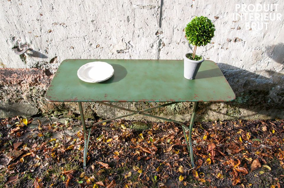 A table designed with metal from which you will apreciate its green painting - hand made painted and