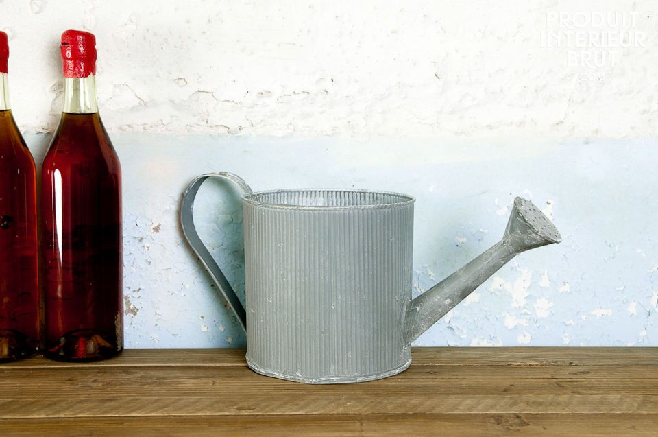 Corrugated small watering can