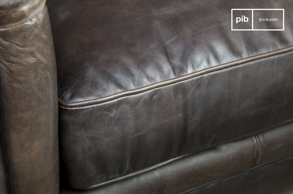 Its distressed leather has an aspect subtly weathered, combined with its legs designed with solid and varnished oak procuring to this couch a unique touch