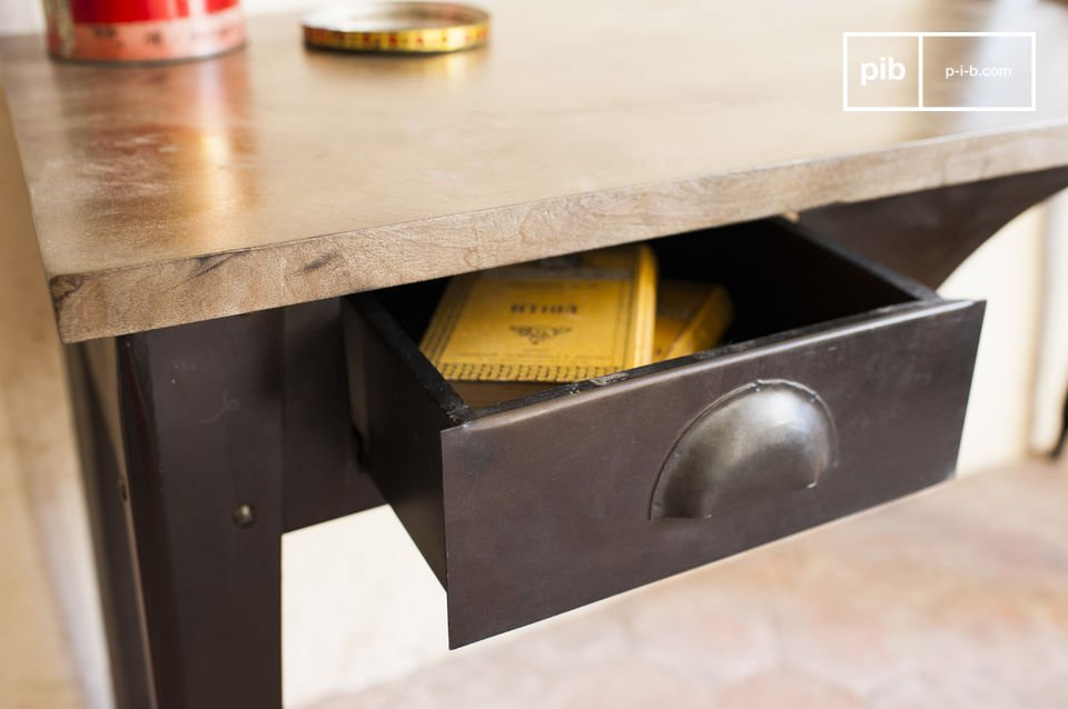 The desk Dabar has the beautiful lines of the industrial vintage style that integrates nicely into