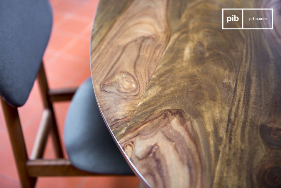 With its dark wood and feet the table Bikhatz reminds us of 50s design